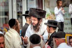 Grupa Hasidim pielgrzymi w tradycyjnej odzieży emocjonalnie rozmowie Rosh Hashanah wakacje, Żydowski nowy rok zdjęcie stock