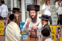 Grupa Hasidim pielgrzymi w tradycyjnej odzieży emocjonalnie rozmowie Rosh Hashanah wakacje, Żydowski nowy rok zdjęcie royalty free