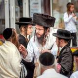 Grupa Hasidim pielgrzymi w tradycyjnej odzieży emocjonalnie rozmowie Rosh Hashanah wakacje, Żydowski nowy rok zdjęcia stock