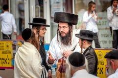 Grupa Hasidim pielgrzymi w tradycyjnej odzieży emocjonalnie rozmowie Rosh Hashanah wakacje, Żydowski nowy rok fotografia stock