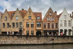 Grupa historyczni ceglani gabled budynki kanałem w środkowym Bruges Obrazy Stock