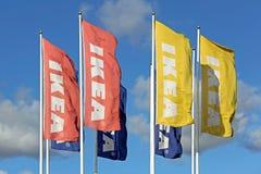 Grupa IKEA flaga przeciw niebu Zdjęcie Royalty Free