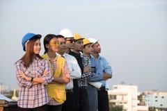 Grupa inżyniery i architekci stoi miejsce i patrzeje zdjęcia stock