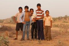 Grupa Indiańskie chłopiec zbliżać Karauli w India Zdjęcie Royalty Free