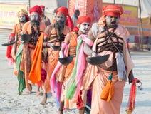 Grupa indyjski sadhus odprowadzenie podczas Kumbha Mela (święci mężczyzna) Zdjęcie Royalty Free