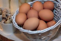 Grupa jajka Wśrodku Białego Małego Łozinowego kosza Obrazy Stock