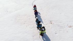 Grupa jest dobrze - przygotowanymi turystami, żeglować twój trasę przez śnieżystego stepu z wysokimi śnieżnymi dryfami, zbiory