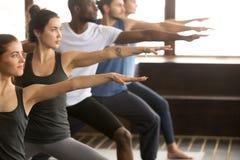 Grupa jogów ludzie w wojownika Dwa pozie Obraz Royalty Free