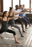 Grupa jogów ludzie w wojownika 2 pozie Obraz Stock