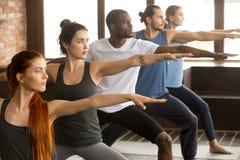Grupa jogów ludzie w wojowniku Dwa Zdjęcie Royalty Free