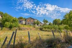 Grupa kamienni dom na wsi w łące pełno kwiaty i drzewa, Włochy obrazy royalty free