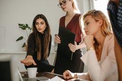 Grupa kobiety dyskutuje wraz z laptopem fotografia royalty free