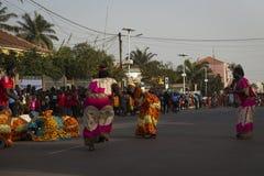 Grupa kobiety jest ubranym tradycyjnego ubraniowego spełnianie podczas Karnawałowych świętowań w mieście Bisssau zdjęcie royalty free