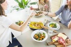 Grupa kobiety ma gościa restauracji wpólnie Obrazy Royalty Free