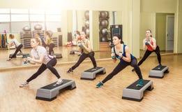 Grupa kobiety robi kroków aerobikom Fotografia Royalty Free