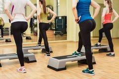 Grupa kobiety robi kroków aerobikom Zdjęcia Stock
