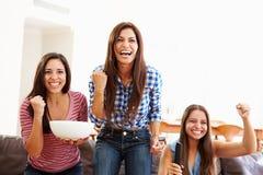 Grupa kobiety Siedzi Na kanapy dopatrywania sporcie Wpólnie Fotografia Royalty Free