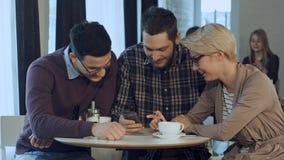 Grupa kolaboruje przy spotkanie stołem i dyskutuje pracę młodzi kreatywnie ludzie jest ubranym biznesowych przypadkowych ubrania, fotografia stock