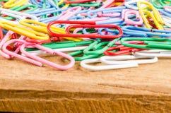 Grupa kolorowa papierowa klamerka na drewnianej desce Obrazy Royalty Free