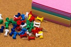 Grupa kolorowe pchnięcie szpilki na korek desce Zdjęcia Royalty Free