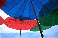 Grupa Kolorowi plażowi parasole Zdjęcie Royalty Free