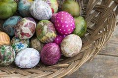 Grupa kolorowi Wielkanocni jajka w koszu zdjęcie stock