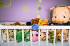 Grupa kolorowy puszysty faszerujący zwierzę bawi się zbliżenie z wieszać błękitnego małego dziecko but obrazy royalty free