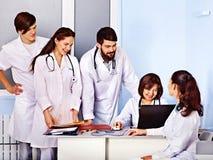 Grupa lekarka przy szpitalem. zdjęcie royalty free
