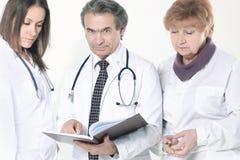 Grupa lekarki dyskutuje diagnoz? pacjent pojedynczy bia?e t?o zdjęcia royalty free