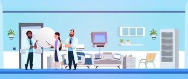 Grupa lekarki Komunikuje W Szpitalnego oddziału kliniki Izbowym wnętrzu Z Łóżkowym tłem royalty ilustracja