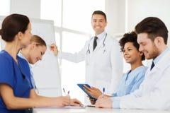 Grupa lekarki na prezentaci przy szpitalem Obraz Royalty Free