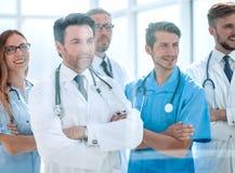 Grupa lekarki patrzeje desktop w pokoju konferencyjnym obrazy stock