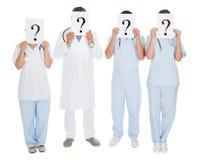 Grupa lekarki Trzyma znaka zapytania znaka Zdjęcie Royalty Free