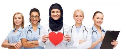 Grupa lekarki z czerwonym sercem i schowkiem Zdjęcie Royalty Free