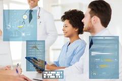 Grupa lekarki z pastylka komputerem osobistym przy szpitalem Obrazy Stock