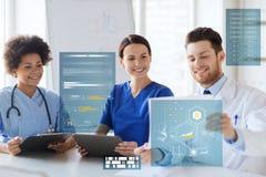 Grupa lekarki z raportem medycznym przy szpitalem obraz royalty free