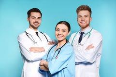 Grupa lekarzi medycyni na koloru tle zdjęcia stock