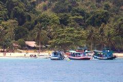 Grupa longtail turyści przy i łodzie DZWONIŁ wyspę Dzwonił wyspę lokalizować blisko Koh Chang w Trata, Tajlandia Fotografia Royalty Free