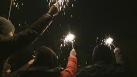 Grupa ludzi świętuje nowego roku na ulicie z sparklers akcja Szczęśliwie i joyfully, ludzie świętują nowego roku wewnątrz zdjęcie wideo