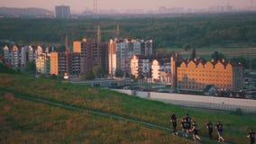 Grupa ludzi bieg przeciw tłu miasto zbiory