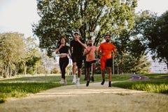 Grupa ludzi bieg w parku obrazy royalty free
