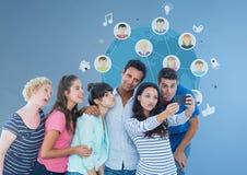Grupa ludzi bierze selfie przed światowymi kul ziemskich grafika Zdjęcie Stock