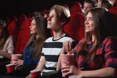 Grupa ludzi cieszy się film przy kinem obrazy royalty free