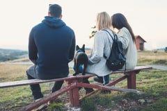 Grupa ludzi cieszy się mounatin veiw z ich psem zdjęcie stock