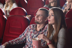 Grupa ludzi cieszy się film przy kinem Obraz Stock