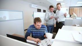 Grupa ludzi jest ruchliwie działaniem w biurze zbiory