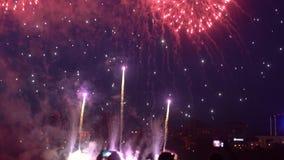 Grupa ludzi jest szczęśliwa podczas pięknego fajerwerku pokazu swobodny ruch zdjęcie wideo