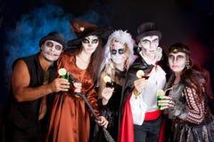 Grupa ludzi jest ubranym dla Halloween Zdjęcie Stock