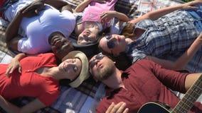 Grupa ludzi kłaść ich głowy each inny na pinkinie i cieszy się piękną pogodę zdjęcie wideo