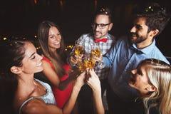 Grupa ludzi ma przyjęcia na dachu, otwiera szampańską butelkę Zdjęcie Royalty Free